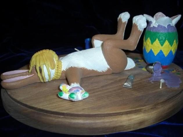 Osterhase wird beim Eierbemalen von Alien angegriffen