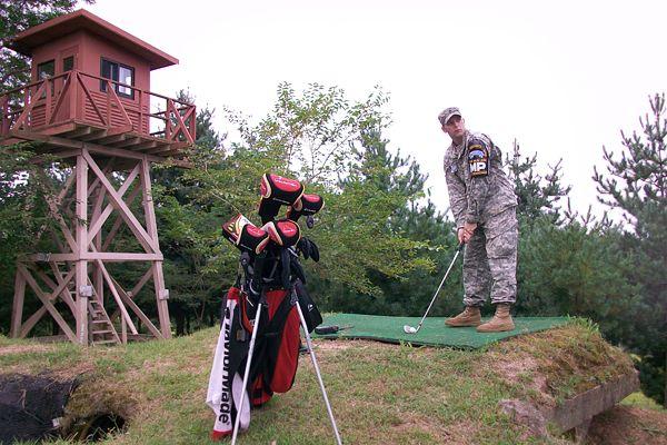 Staff Sgt. Meisenheimer beim Abschlag auf dem Golfplatz