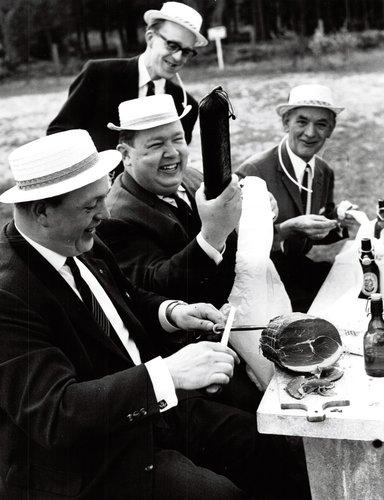 Schwarzweißfoto von Männern in den 1950ern beim Picknick