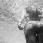 Bikinihintern unter Wasser