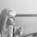rauchende tattoowierte Frau
