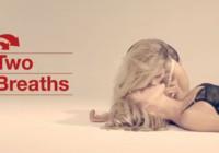 Blondine beatmet bewusstlose Blondine Mund zu Mund
