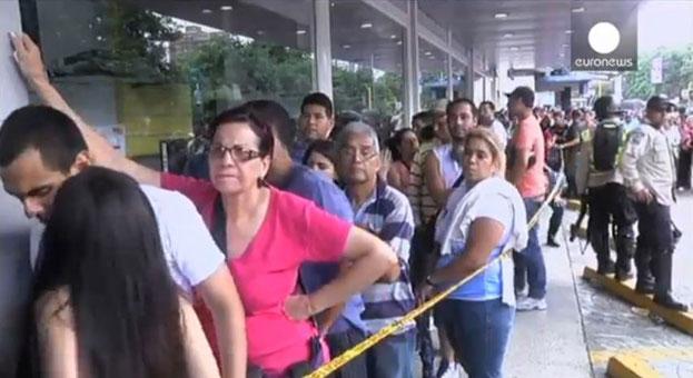 Menschenmenge vor Elektronikfachmarkt in Venezuela