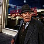alter Mann in feinem Anzug