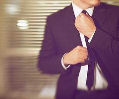 Anzug und schmale Krawatte