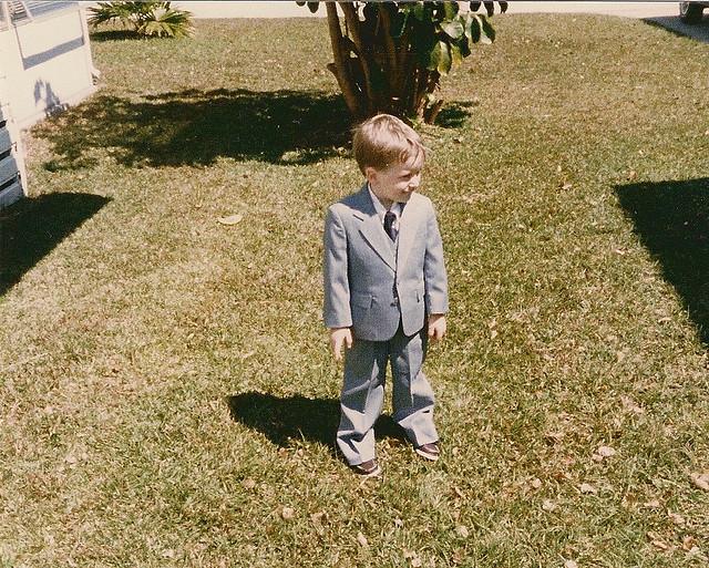 kleiner Junge im Anzug