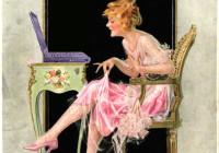 Frau zupft an ihrem Kleid vor dem Laptop