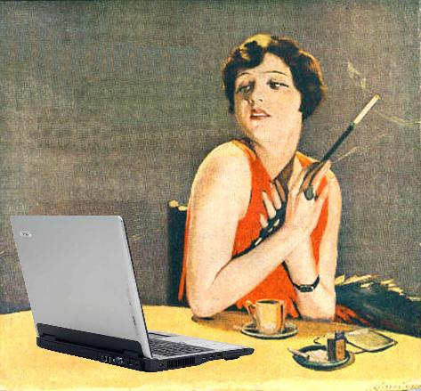 Frau sieht angewidert auf Laptop